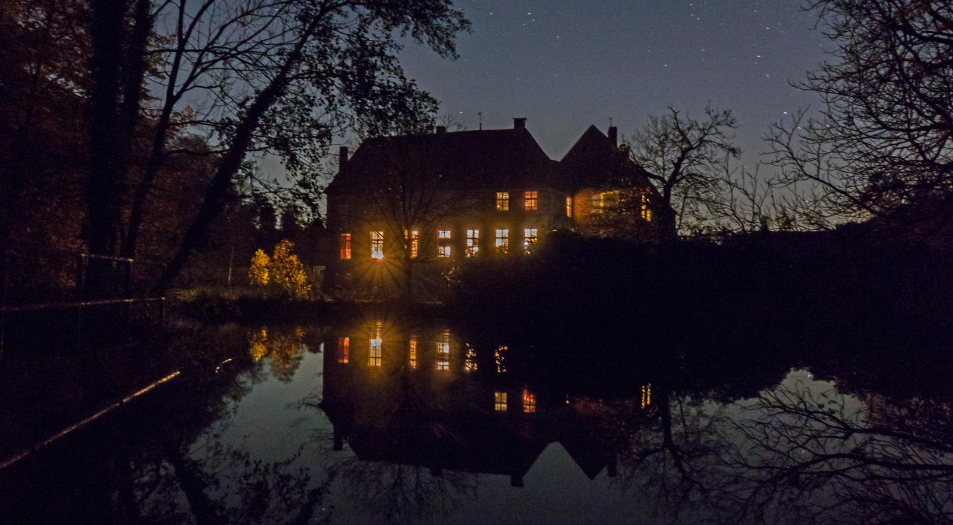 Wasserschloss Egelborg bei Nacht