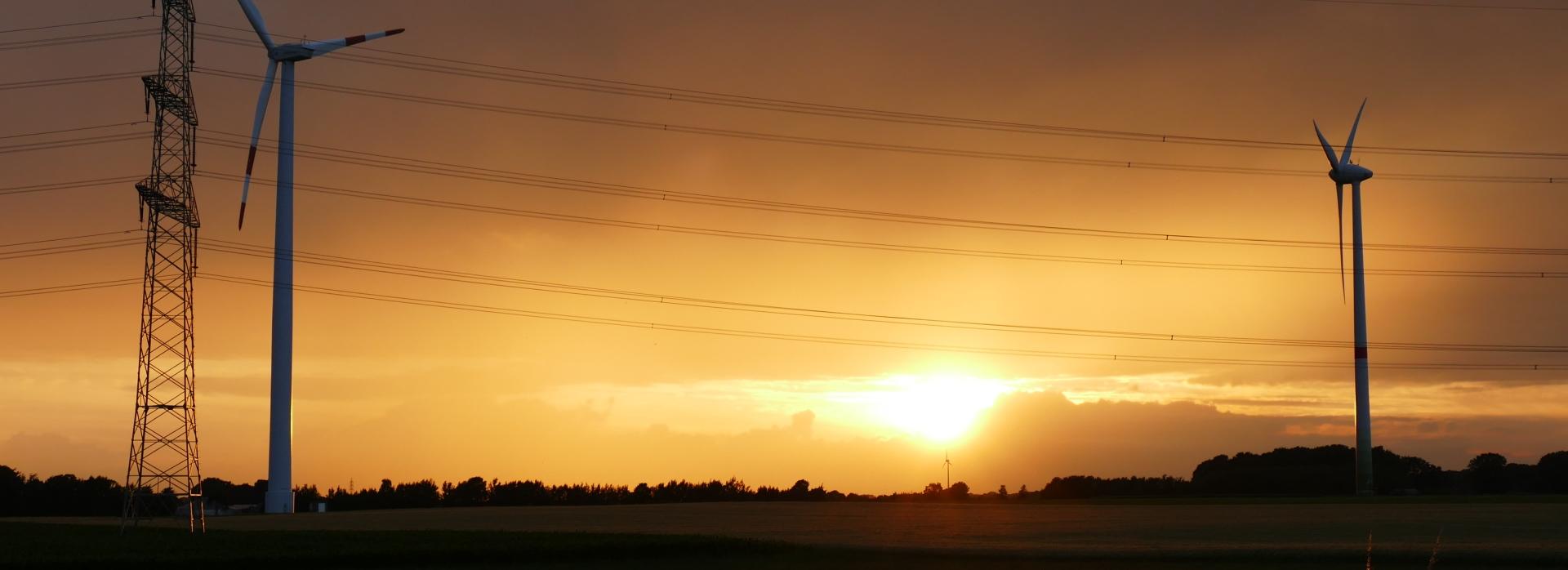 Strommast und Windkrafträder